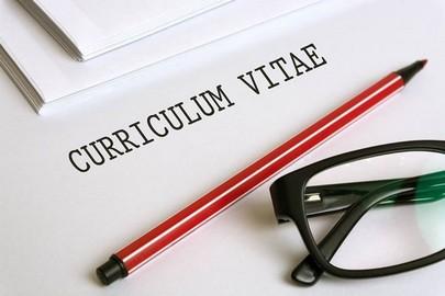 curriculum gafas y bolígrafo