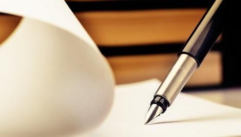 pluma sobre papel